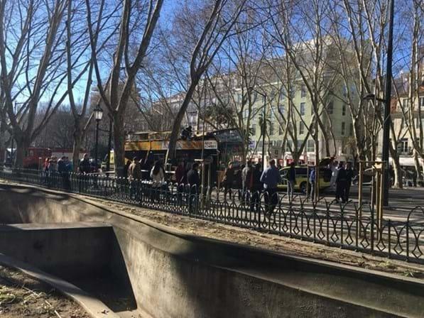 Acidente com autocarro turístico em Lisboa faz dois feridos graves