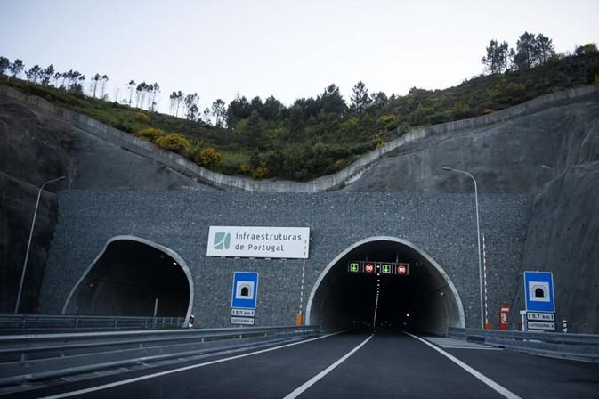 Fogo em automóvel condiciona trânsito no Túnel do Marão