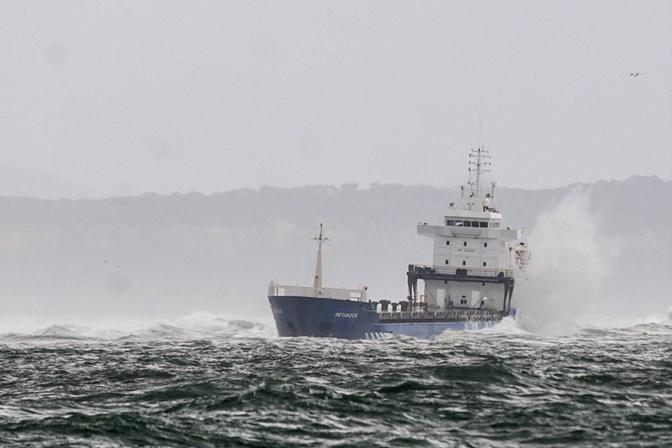 Tripulantes de navio encalhado na foz do Tejo retirados de helicóptero