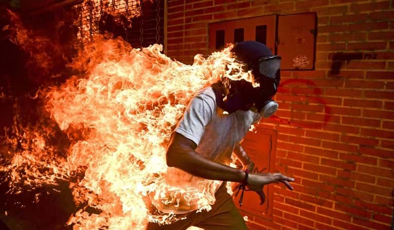 Imagem de manifestante em chamas na Venezuela vence World Press Photo