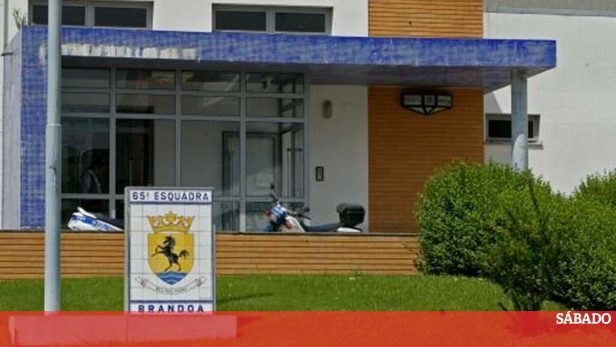 Tribunal absolve agente da PSP acusado de agredir jovem na Amadora - Revista Sábado