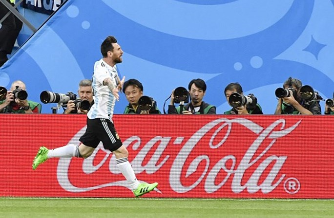 f0eccd3419 Jornalista ofereceu fita da sorte a Messi e este surpreendeu-o ...
