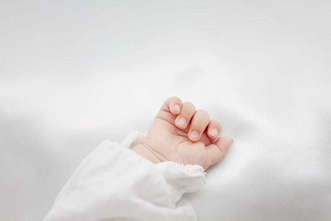 Mulher coloca banco de esperma em tribunal após dar à luz bebé anão